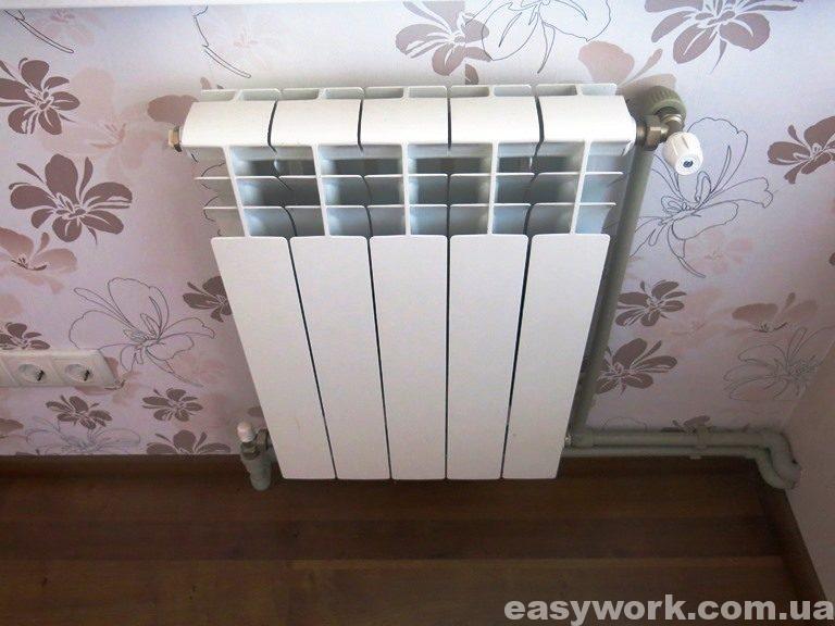 Радиатор установленный в спальне