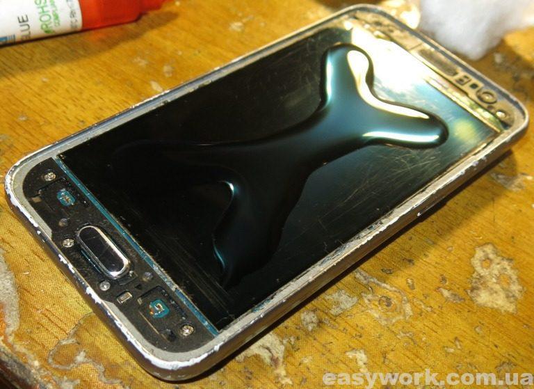 Нанесенный клей на дисплей телефона