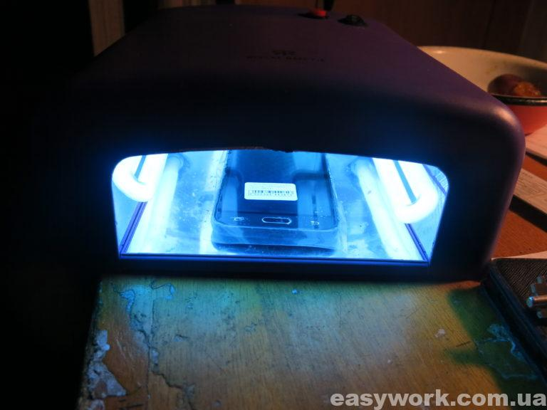 Телефон под ультрафиолетовой лампой