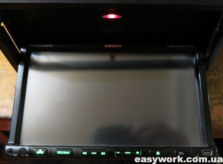Сдвинутый вниз экран магнитолы