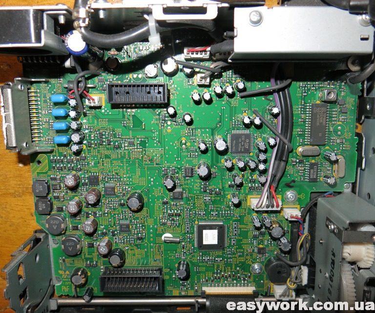 Внутреннее устройство магнитолы JVC KD-AVX40