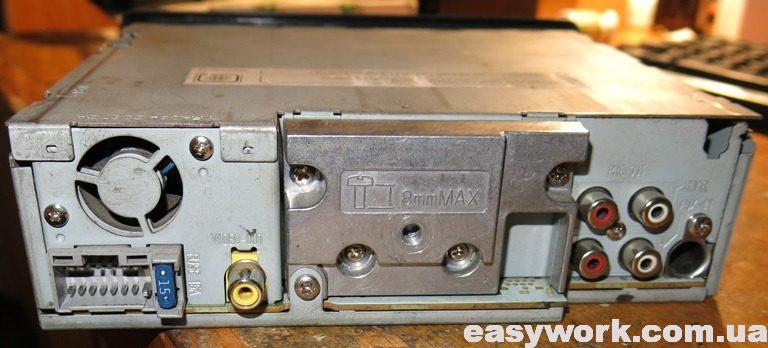 Вид магнитолы Panasonic CQ-DX100W с обратной стороны