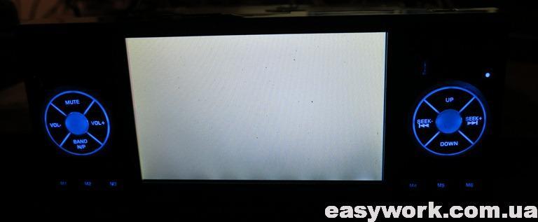 Белый экран магнитолы