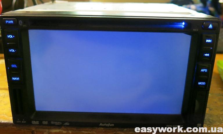 Темный экран магнитолы
